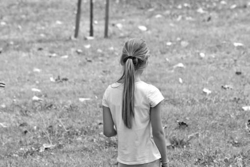 blonde teenager pretty playful nature gorgeous grass outdoors child summer nuori naetti luonto tyttoe leikkisae vaaleat kesaellae ikaeinen hiukset teini