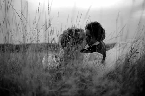 grass laying wife field married husband hugging kiss vrouw vaststelling knuffelen tot kus  korenveld romantische liefde mensen
