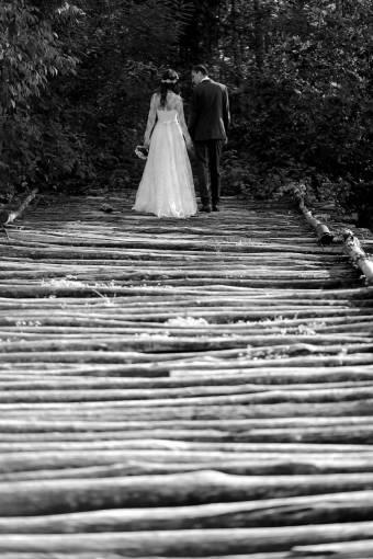 groom bride walking bridge wooden bouquet nature