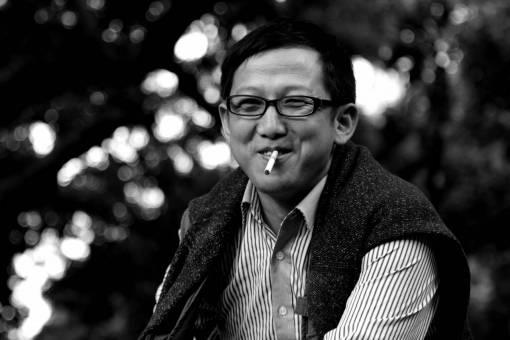man  person  people  smoke  cigarette  laugh